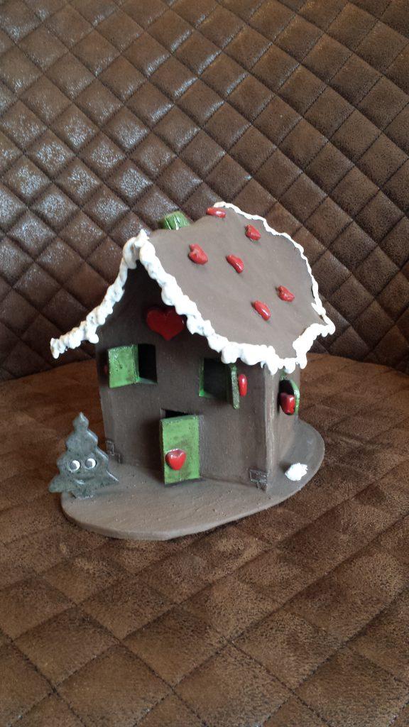 Knusperhäuschen mit Herzchen und Zuckerschnee aus Ton, im Herzen von Augsburg, liebevolle Handarbeit, Weihnachtszeit, Keramik von Herz zu Herz, Märchen, Träume eingefangen in Keramik