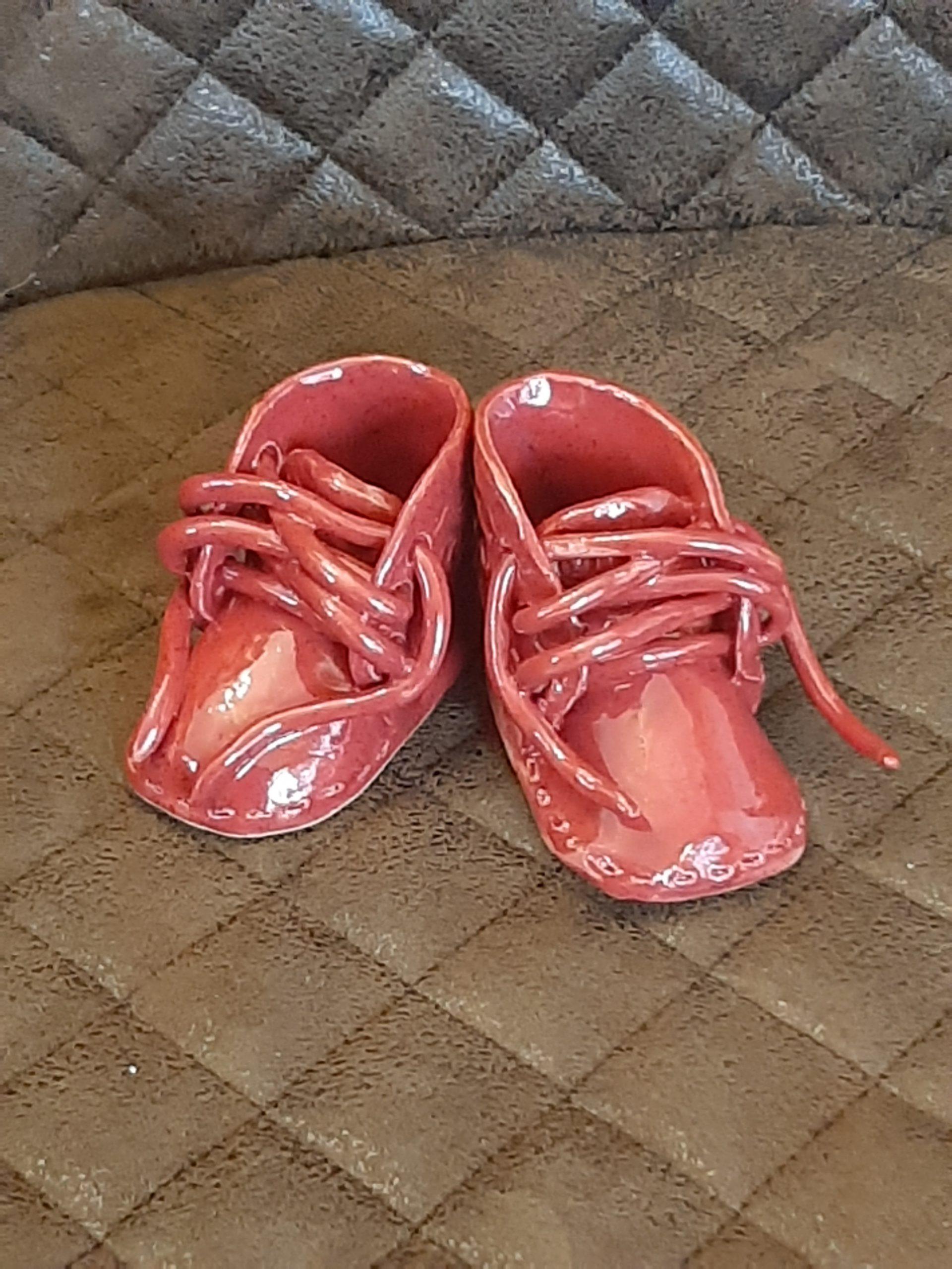 rote Baby Schuhe, Tonkreation, wundervolles Geschenk, inmitten von Augsburg, KeraMik von Herz zu Herz, Kunst, schöne Sachen die Freude machen