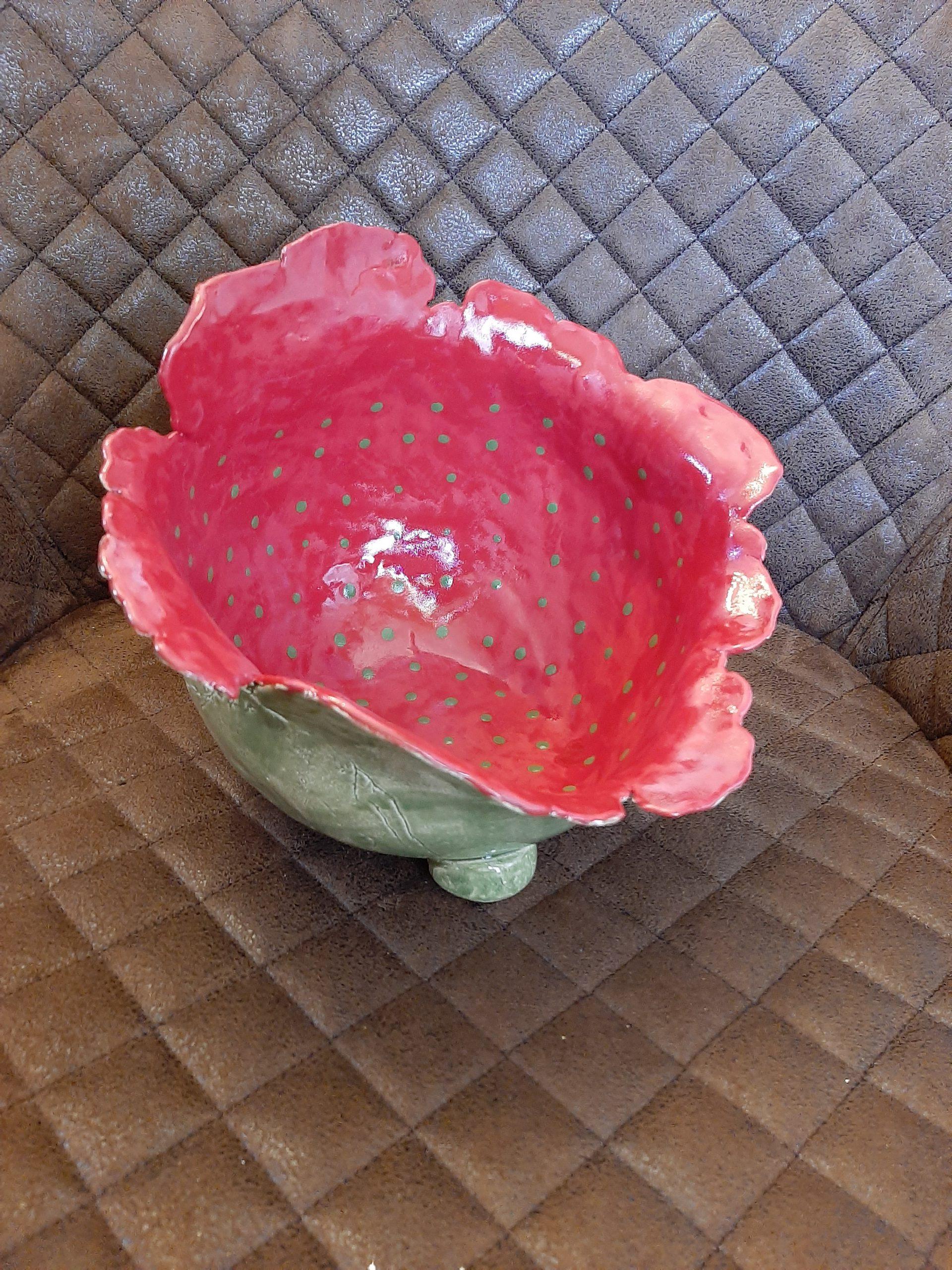 imposante Schale außen grün innen rot mit grünen TupfenOriginelles, Kunst aus Ton, individuelle Keramik, Augsburg, Clay Art, Pottery, KeraMik von Herz zu Herz, Geschenke der besonderen Art, Einzelstücke