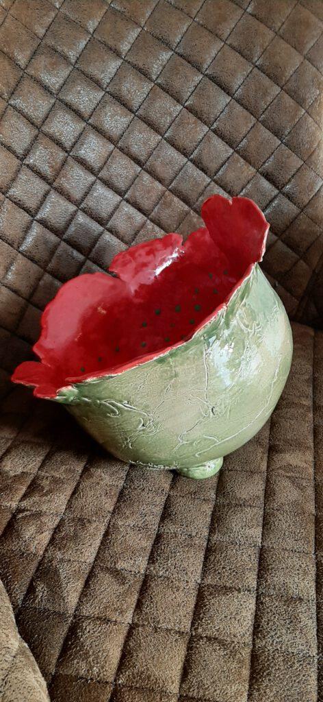 imposante Schale außen grün innen rot mit grünen Tupfen, Originelles, Kunst aus Ton, individuelle Keramik, Augsburg, Clay Art, Pottery, KeraMik von Herz zu Herz, Geschenke der besonderen Art, Einzelstücke