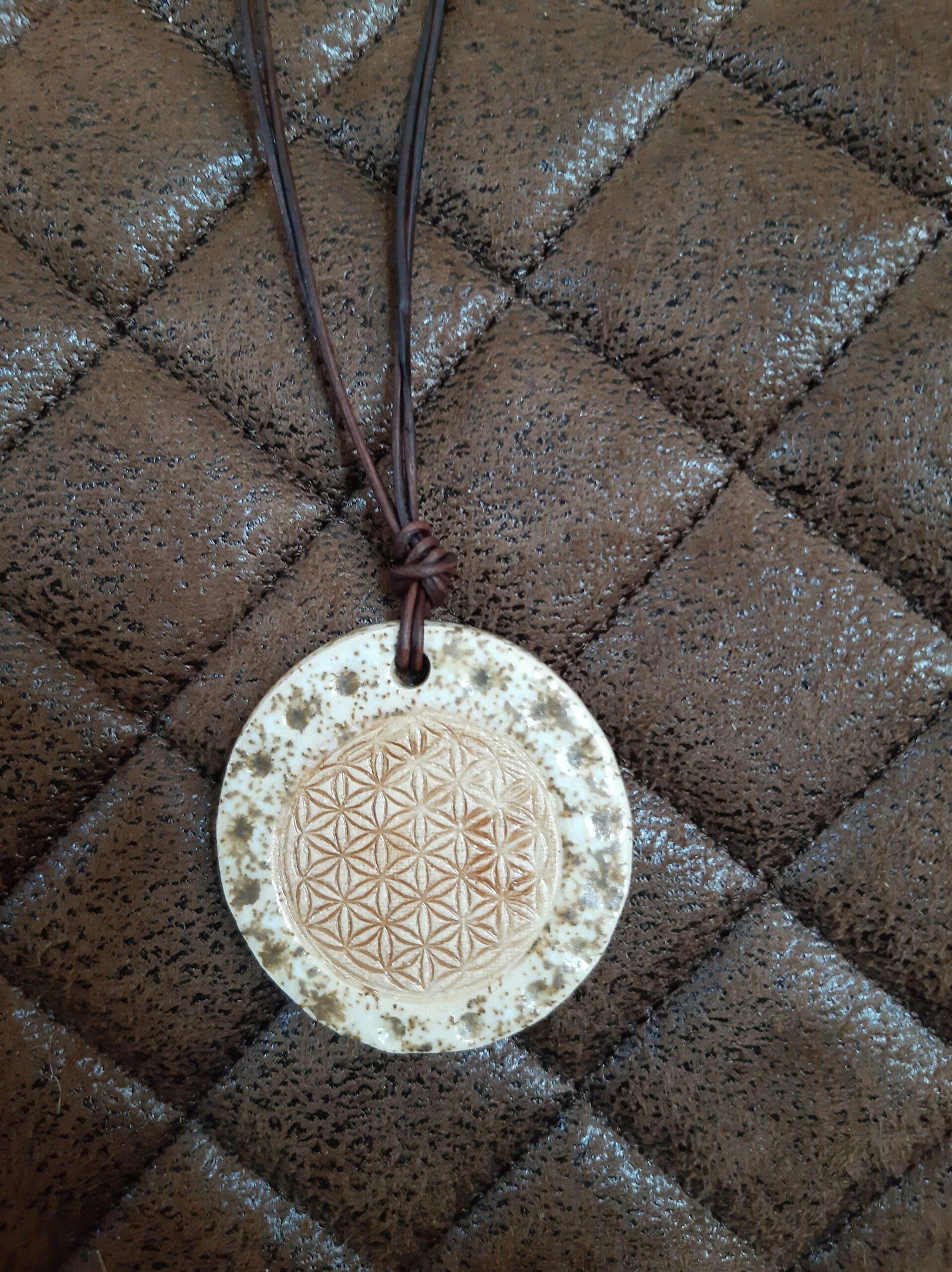 Keramikanhänger an Lederband, Schmuck aus Ton, Keramik, Augsburg, Handarbeit, KeraMik von Herz zu Herz