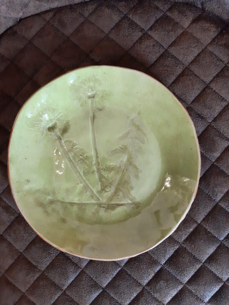 grüner Teller mit Löwenzahneindruck, Keramik Geschirr, KeraMik von Herz zu Herz, Augsburg, Handarbeit, Einzelstücke
